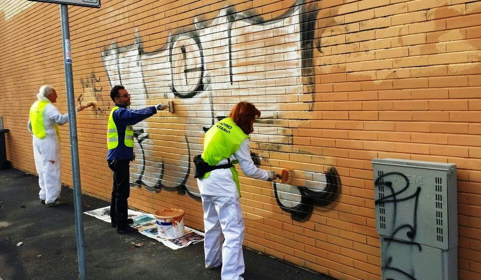 I volontari anti graffiti ridipingono il refettorio via Iseo ad Affori 7 Novembre 2014
