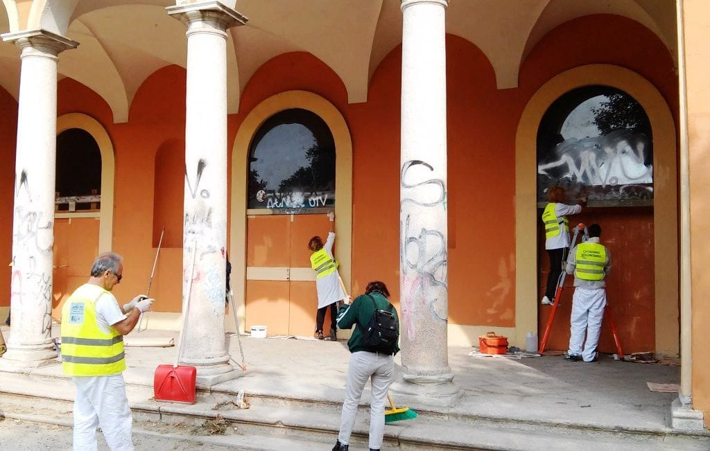 volontari anti graffiti ripuliscono le tag su Villa Litta Modignani 9 Dicembre 2014